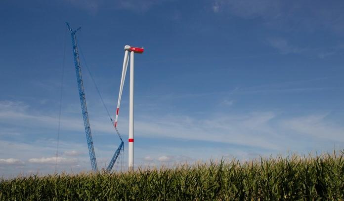 Windpark Wennerstorf - Selbst mit erst einem Rotorblatt bereits sehr beeindruckend, der neue Windpark während der Bauphase im vergangenen Jahr.
